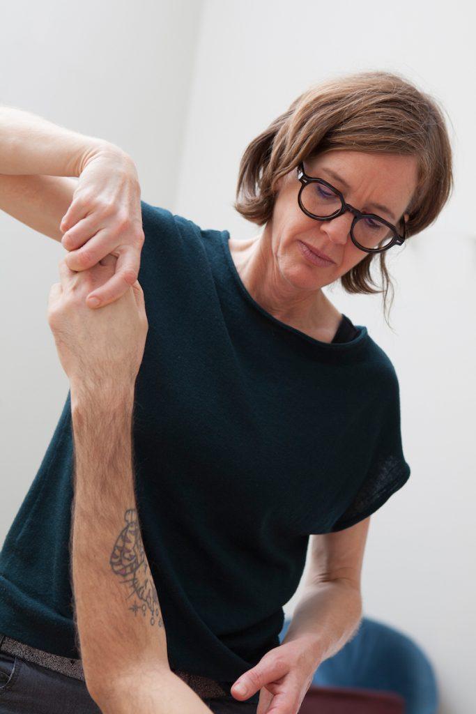 Rahel Baumgartner praktiziert die Grinberg Methode an einem Kunden in Wien