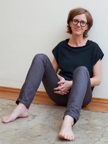 Rahel Baumgartner sitzt entspannt in ihrer Grinberg Praxis in Wien
